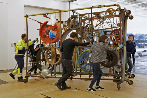 Tinguely mounted wheels on the sides of all three frames of Méta-Harmonie II to make it easier to move around. Photo: Tom Bisig, Basel